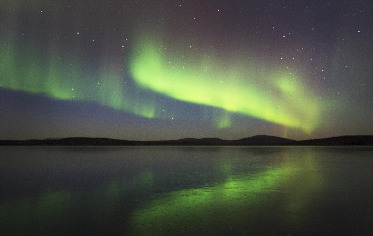 Kauniit revontulet heijastuvat järvestä Pallaksella